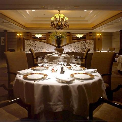 クラシカルモダンな空間で、最上の料理が生み出す贅沢なひとときをお楽しみください。