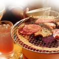 炭火で肉を焼くと美味しい理由は遠赤外線効果にあり!遠赤外線を使って肉を焼くと肉の内部まで均一に火が通り、さらに肉汁の旨みとジューシーさを内部に閉じ込めます!!(一部、ガス使用、人工炭使用の店舗あり)