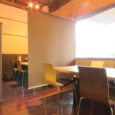 1階のテーブル席です。お隣の席との間にブラインドを設置し、コロナ対策もとり行っております。