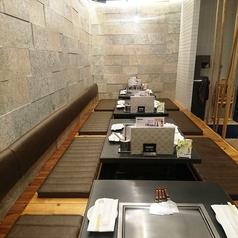 掘りごたつ席を別角度から見た図です。半個室の様な空間で、団体予約や宴会も対応致します!