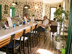 キレイでかわいいカウンター席は、ゆったりと過ごすことができます。また、優しくて気さくな店主と会話を楽しむこともできます♪