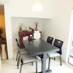 白を基調にしたテーブル席。