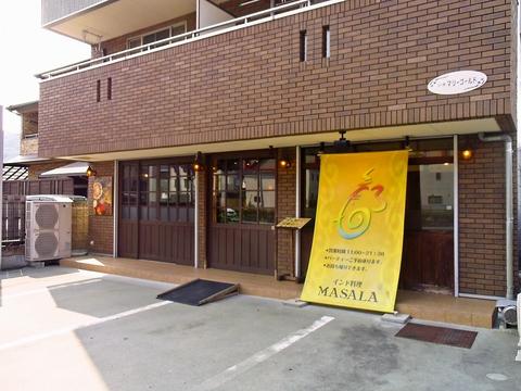 木の外装と黄色い看板が目印のインド料理店。本場のカレーを堪能しよう!