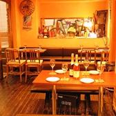 2名用のソファ席。隣り合わせで語ることができる。ゆったりとした時間を、高い密度で楽しむことができる。少人数様から団体様まで幅広くご案内いたします◎当店自慢の絶品料理がご堪能いただける宴会に最適なコースも多数ご提供しております!
