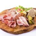 AMICO前菜の盛り合わせ:780円⇒たとえばこんな感じに・・・その日のおいしい生ハムやパテなどの前菜をたっぷり盛り合わせてご用意いたします。
