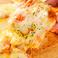 たっぷり海老とソーセージのトリプルチーズピザ