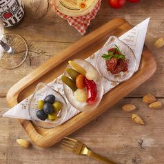 料理メニュー写真オリーブとドライトマトとピクルス