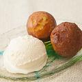 料理メニュー写真サーターアンダギーのアイス添え (紅芋、黒糖、バニラ)