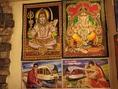 店内にはインドから取り寄せたタペストリーや絵などが飾られ、エスニックな雰囲気が満載。