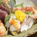 豊洲直送の新鮮魚介が自慢の当店。お刺身の盛り合わせは、三種・五種・豪快舟盛り(七種)からお選びいただけます。数量限定で、豊洲直送の旬の一本魚を焼き物または煮付けにてご提供いたします。全国各地から集めた焼酎や日本酒と共に、ぜひご堪能下さい。