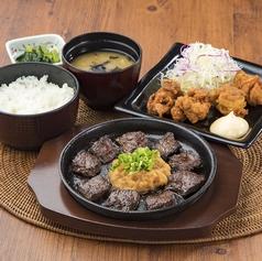 料理メニュー写真サイコロステーキと鶏の唐揚げセット