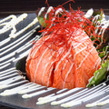 料理メニュー写真炙りサーモンと北あかりのポテトサラダ