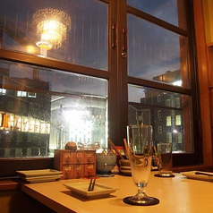 【2名様/テーブル席】目の前に広がる風景は雰囲気抜群!カップル個室 窓際に設けられた、お二人専用の半個室席は雰囲気たっぷり。京都タワーが見える窓から、昼には京都の町並みを眺め、夜にはきらびやかな夜景を楽しめます。カップル様や夫婦お二人様での、デートや記念日などに最適なお席です。