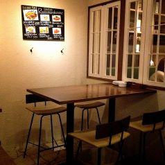 人気のハイテーブル席はがぶ飲みにぴったり