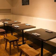 テーブル席は片側ソファー席となっております。ソファー席は最大16名様までご利用可能。