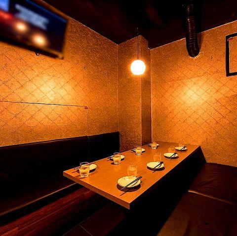 居酒屋ととりこ新宿店のBOX席は2名~10名様用テーブル席の個室をご用意!様々な人数に応じた個室をご案内いたします。合コンや女子会、デートなど多種多様なシチュエーションの宴会にご利用頂けます!大切な方々と素敵な夜をお過ごしください。