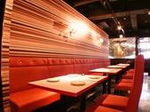 赤いシートが可愛らしい広々テーブル席。