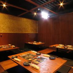 写真のお席は、最大16名様までご利用頂ける個室席です。和を基調とした間接照明と、木のぬくもりを感じる落ちついた雰囲気は、当店自慢の創作料理にピッタリ。ご予算に合わせてお選び頂ける食べ飲み放題コースをご用意しておリます。どうぞご賞味ください。