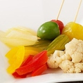 料理メニュー写真野菜のマリネとオリーブの盛り合わせ