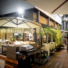 一年中開放されるテラス席。夜はイルミネーションを楽しみながらお食事出来ます。夏にはビアガーデンに♪
