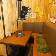 気軽に使えて便利!!仲間との会話も弾む掘りごたつ席。吸煙パイプ付きなので、においも気にならないのが魅力のひとつ☆ソファー席が柔らかいタイプではないのでご注意ください。