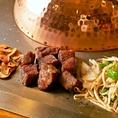 メインのステーキにはガーリックスライス&温野菜(もやし・玉葱・ピーマン)が付きます。ガーリックスライスはニンニクスライスを揚げたもので、おつまみとしても最適です。