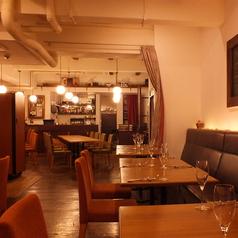 全席テーブル席となります。インテリアひとつひとつにこだわったフロアです。隣席との距離もあるため、みなさん広々とご利用いただけます。上質×エレガントな空間で上質なワインとお食事のマリアージュをお愉しみください。