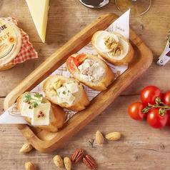 料理メニュー写真4種チーズのオープンサンド