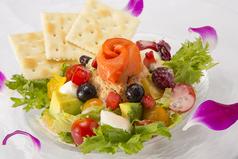 料理メニュー写真チアシードとサーモンディップのブーケサラダ