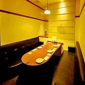 ベンチシートの完全個室。3~6名様の女子会にも人気の個室。