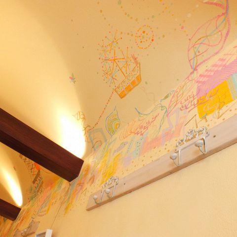 店内は、アーチ状になっていて、天井が高く、開放感があります。壁に書かれた絵も、柔らかく優しい雰囲気を醸し出しています。
