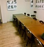 2階・テーブル席。4名様テーブルを合わせて、団体様でのご利用も可能です