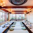【6階】手前に那珂川、その後方に、ネオン輝く中洲の夜景を望むお部屋のご用意がございます。組み合わせにより最大94名様の大宴会が可能です。12名×1室 最大16名 / 16名×1室 /  24名×1室 最大26名 / 32名×1室 最大38名 / 組み合わせにより最大28名・40名・48名 全室最大94名 。