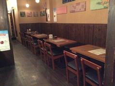 一列に並んだテーブル席は4席~16席までレイアウト変更可能!