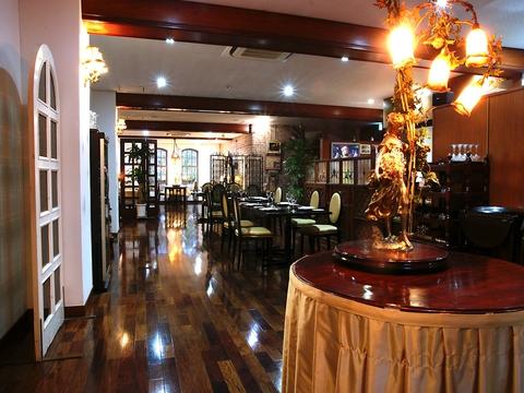 唐津の豊かな自然の食材を使用した美しいフランス料理を、優雅な空間で味わえる。