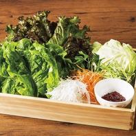 お肉と生野菜、キムチ、ナムルを合わせて♪