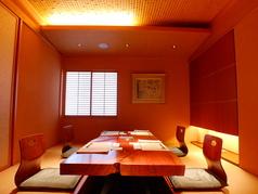 6名様の個室席は掘りごたつになっております。ほかにも3名様でご利用いただける個室もございます。