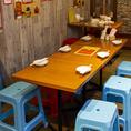 普段使いからカジュアルに楽しめる落ち着ける雰囲気のテーブル席♪人数に合わせてテーブルのレイアウト変更も可能です!デートやお食事、ランチ会、会社帰りなど様々なシーンにご利用いただけます♪
