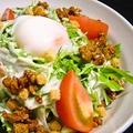 料理メニュー写真鶏そぼろと温泉卵のシーザースサラダ