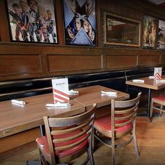 人数に合わせてご利用頂けるテーブル席をご用意しております。日本に居ながらアメリカを体感できる雰囲気抜群の店内で、ボリューム満点アメリカンサイズのお料理を心ゆくままお楽しみ下さい。ご来店お待ちしております♪