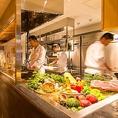 厨房は全てガラス張り。職人たちがお客様の為に、作り上げるお料理が目の前で楽しめます。その先を抜けると完全個室の特別ルームがございます。