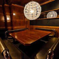 円卓風カウンターテーブルで飲み会♪ 半個室でプライベートな雰囲気のなか美味しいお食事にお酒もすすむ☆