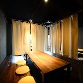 ◆グランピングをテーマにした3F◆最大24名様までの空間。こだわりのインテリアで、おしゃれなアウトドアスタイルを追求した雰囲気抜群のお席です。ぬくもりの中にスタイリッシュ感のあるカーテンで仕切ると、6名様までの半個室席にもなります。非日常な世界観の空間はプライベートなご宴会にぴったりです!