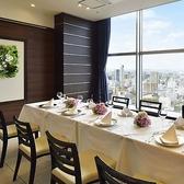 21階【ファミリールーム】~小会場~ ■着席時:16名様 ■大きな窓に囲まれた開放的な会場。親族での集まりや、会食や会談、面接など少人数の集いに相応しいプライベート空間です。
