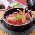 料理メニュー写真カニとイクラの釜めし(小鉢・汁物・お新香付)