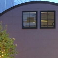 高さ6.6mのまるい天井が目印の特徴ある外観★ライトアップされた入口は気分を盛り上げます♪