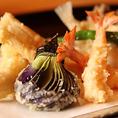 当店では旬菜天ぷらと自家製の手打ちそばが大人気!新鮮で甘みのあるお野菜を毎朝市場で買い付けてその時期一番旬なものをご用意、複数種類の油を混合して、油にもこだわって揚げる天ぷらはぜひ一度ご堪能ください。