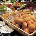 【サラダバー&パン食べ放題】お料理メニューに+656円で、新鮮な旬のお野菜が食べ放題になるサラダバーと、毎日店内で焼き上げるパンが食べ放題が付いてきます♪