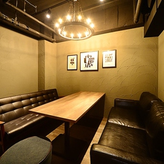 ◆存在感のある革張りソファと男前インテリアが特徴の少人数個室◆そこに居るだけでおしゃれな気分にさせてくれます。デート、女子会、コンパ、飲み会におすすめのお席です。