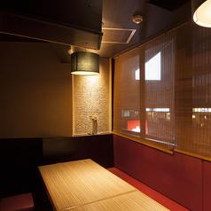 人数に合わせて個室へご案内いたします。各部屋は仕切られているので、周囲を気にせずお客様だけのひと時をお過ごし頂けます。接待、宴会、合コン、女子会、デートに最適!(飯田橋 和食 居酒屋 個室 海鮮 寿司 まぐろ 飲み放題 宴会)